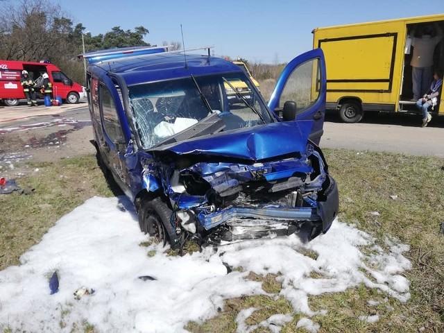 Trzy osoby zostały ranne w wyniku wypadku, do którego doszło w  Konstantynowie Łódzkim. U zbiegu ul. Józefów i ul. Łaskiej zderzyły się dwa samochody osobowe. Zobacz zdjęcia