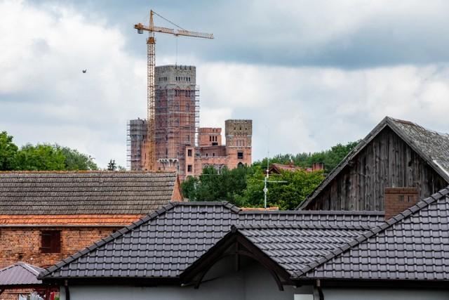 Prokuratura Okręgowa w Poznaniu prowadzi śledztwo w sprawie Dymitra N. Pawła N. oraz Tymoteusza N. Mężczyźni usłyszeli m. in. zarzut fałszowania dokumentów. Dymitr N. i Paweł N. to biznesmeni, którzy stoją za budową zamku w Stobnicy.