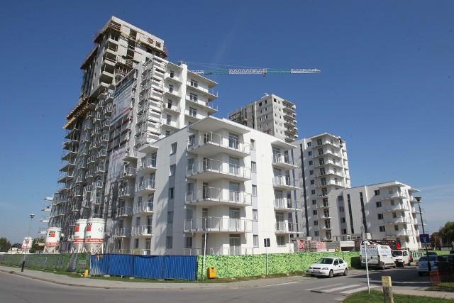 Chociaż liczba mieszkań oddanych do użytku w Rzeszowie jest ciągle bardzo wysoka, w ciągu roku nieco spadła. Eksperci przypuszczają, że jednym z powodów może być duże nasycenie rynku.