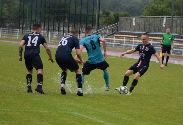 Kilkunastominutowe przerwy, piłka zatrzymująca się w kałużach bądź płatająca inne rozmaite figle - takie obrazki oglądaliśmy w niektórych meczach 39. kolejki BS Leśnica 4 Ligi Opolskiej.