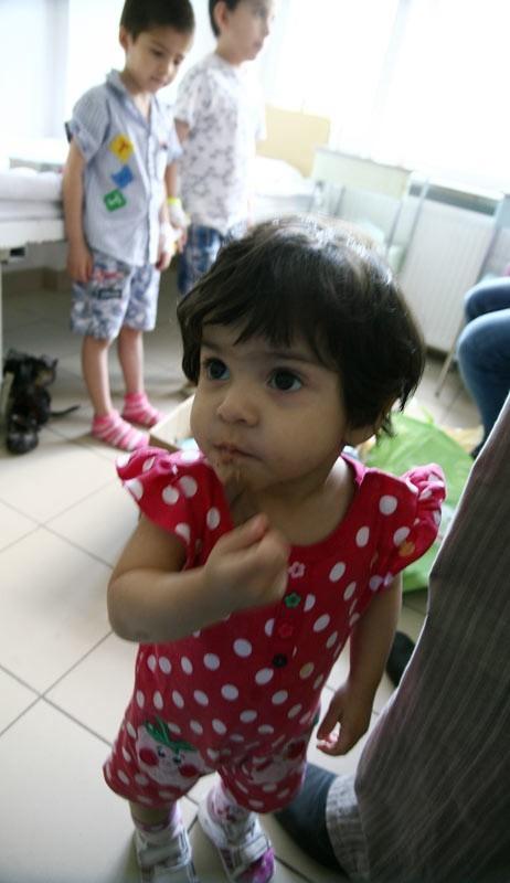 1,5-roczna Vida zdążyła się już zaprzyjaźnić z pacjentami i personelem szpitala w Ustrzykach Dolnych