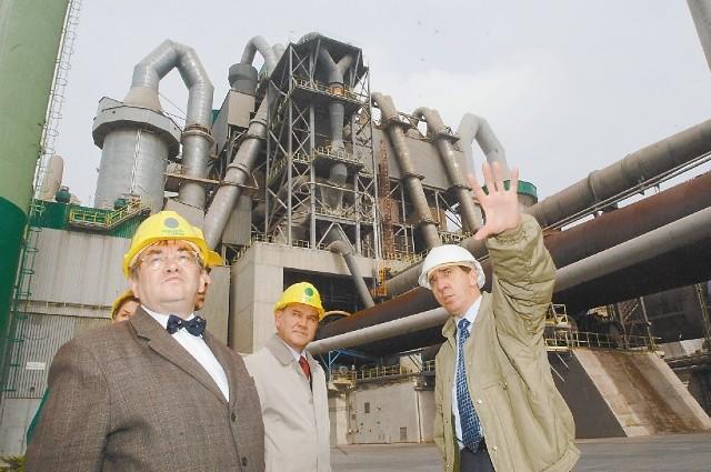 Andrzej Balcerek, prezez Górażdży Cement (z prawej), oprowadza gości po cementowni. (fot. archiwum/ps)