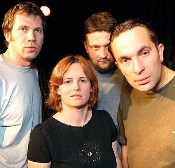 Od zimy 2002 zbiegły się ponownie życiorysy artystyczne Darka Kamysa (ksywka Kamol) i Joanny Kołaczkowskiej (ksywka Lola lub Asior) i przy współudziale Łukasza Pietscha (ksywka Lopez) i Tomasza Majera (ksywka Bajer), scaliły się w kabaret Hrabi. Połączenie było na tyle udane - że dziś jakikolwiek inny skład wydaje się gorszy.