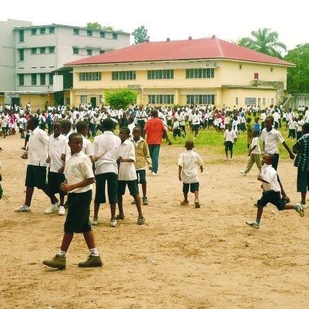 Dzieci w Kongu chodzą do szkoły bardzo chętnie - mimo surowej dyscypliny i dopuszczalnych kar cielesnych. Wiedzą, że szkoła otwiera im furtkę do lepszego życia.