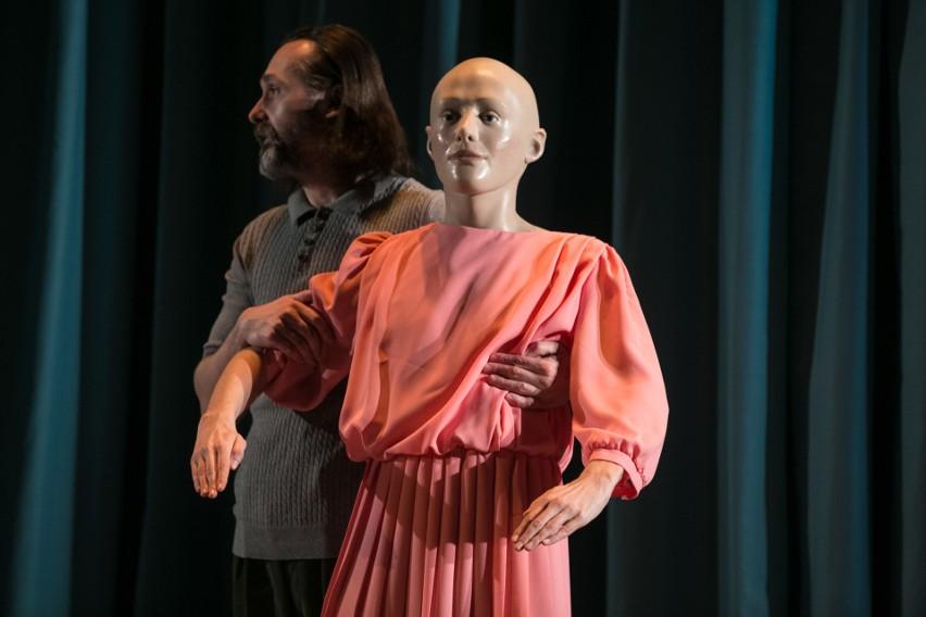 W Starym Teatrze, gdzie zagrał m.in. Hamleta w spektaklu...