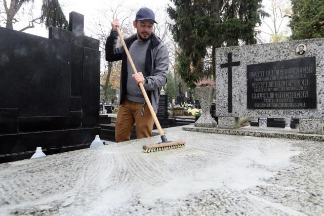 W związku ze świętem 1 listopada, firmy świadczą różne usługi. Coraz popularniejsze staje się np. zlecanie mycia nagrobków naszych bliskich, szczególnie, jeśli ktoś mieszka daleko od miejsca, w którym krewni są pochowani. W niektórych firmach można również wykupić opcję... poszukiwania grobu. Ile kosztują usługi na Wszystkich Świętych? Czytaj na następnych stronach.