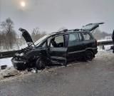 Wypadek na DW 967 pod Gdowem. Samochód osobowy zderzył się z tirem. Są utrudnienia w ruchu