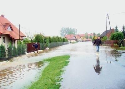 W 2010 roku Jeziorzany podtopił niepozorny potok Stracha Fot. Ewa Tyrpa