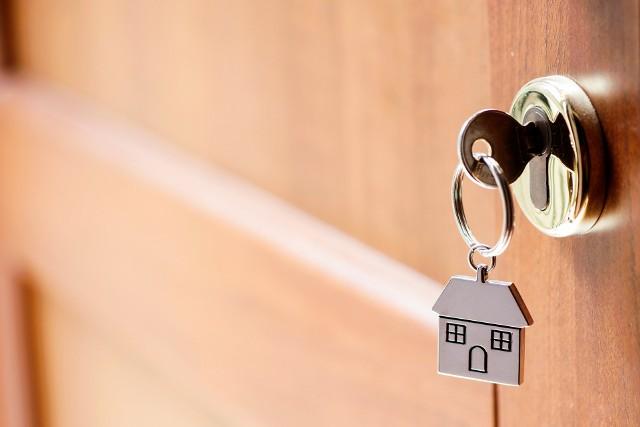 Mieszkanie na wynajem pozwala zarobić, jednak to, jakie zyski uda się uzyskać, zależy m.in. od lokalizacji, standardu lokum oraz wysokości opłat i podatków.