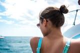 Modne fryzury dla kobiet na lato 2021. Oto nowe hity fryzjerskie na gorące dni! Zobacz, jak zrobisz half messy bun i bubble ponytail