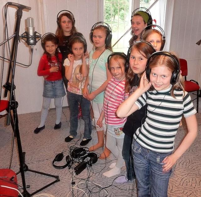Część zespołu Rupaki podczas jednego z dni nagrań w studio Młodzieżowego Domu Kultury.
