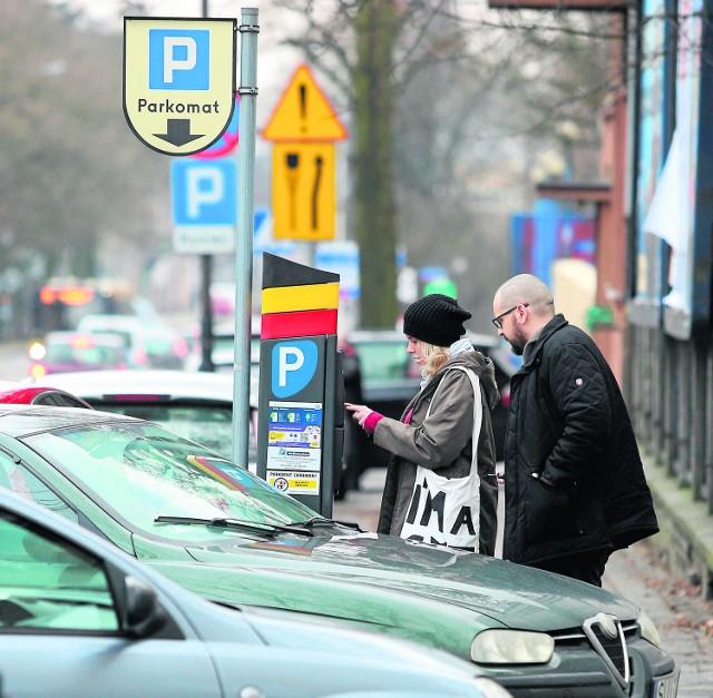 Większe strefy płatnego parkowania, a do tego drożej. Jak uniknąć opłat?