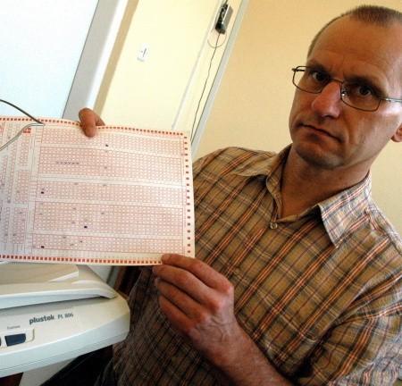 - Nawet jeśli specjalny formularz z ocenami i frekwencją dostanie się w niepowołane ręce, to nikt na tym nie straci ani też nie skorzysta, bo dane na kartce są tak zakodowane, że nie wiadomo kogo dotyczą - podkreśla Andrzej Wawrzynowicz.