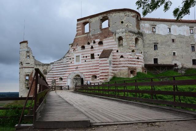 W Polsce znajduje się wiele ciekawych i malowniczych ruin zamków, pałaców czy klasztorów. Dziś chcemy zabrać Was w podróż po kilku z nich. Wybierając się na urlop w kraju, warto zaplanować sobie podróż tak, aby odwiedzić te miejsca. Naprawdę warto!
