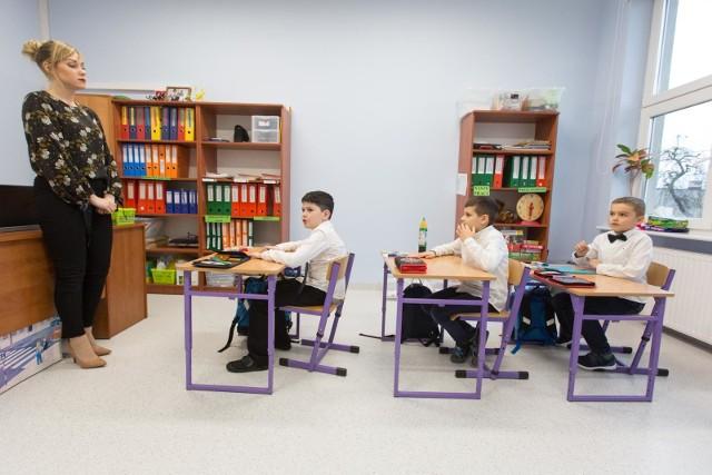 Portal waszaedukacja.pl opublikował ranking najlepszych szkół podstawowych w Polsce. W pierwszej dziesiątce znalazła się jedna z podstawówek we Wrocławiu!Ranking został przygotowany na podstawie danych uzyskanych od Centralnej Komisji Edukacyjnej oraz Okręgowych Komisji Edukacyjnych. Podzielono go na 18 miast wojewódzkich i uwzględniono szkoły publiczne, które zawarte są w bazie portalu WaszaEdukacja.pl. Pod uwagę wzięto wyniki z egzaminu ósmoklasisty z języka polskiego, matematyki oraz języka angielskiego. Średnie wyniki z tych egzaminów zostały zsumowane i podzielone przez 3. Maksymalna liczba punktów do zdobycia w rankingu to 100.Zobaczcie, które podstawówki są najlepsze we Wrocławiu. Na kolejnych slajdach przedstawiamy pierwszą dziesiątkę wrocławskich szkół podstawowych.