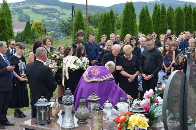 Monika Kowalczyk spoczęła na cmentarzu parafialnym w Trzetrzewinie