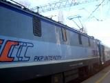 Pociąg uderzył w naczepę. Utrudnienia na linii kolejowej Katowice-Rybnik