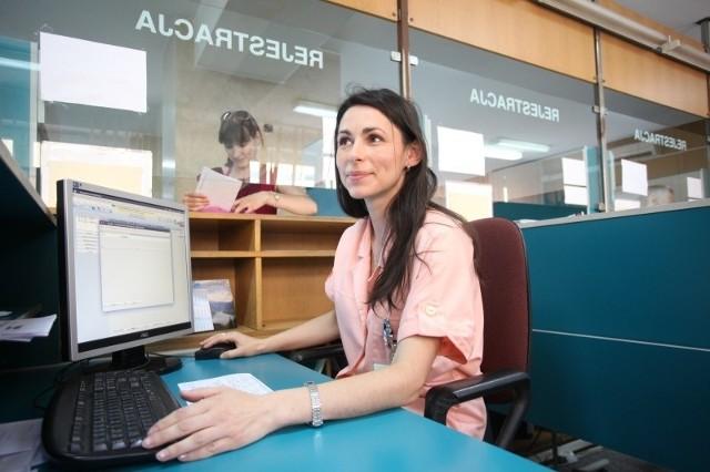 - Teraz często jest kłopot z potwierdzeniem ubezpieczenia, bo albo pacjenci zapominają dokumentów, albo nie ma w nich ważnej pieczątki - mówi Aurelia Dąbska-Pobiedzińska z rejestracji WCM w Opolu.
