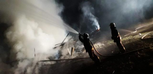Prokuratura twierdzi, że sprawa jest rozwojowa. Na razie uznała, że strażacy stoją za dwoma pożarami w gminie Michałowo. W ich gaszeniu brał udział 21-latek, który miał zaprószyć ogień. Jego 31-letni wspólnik, był na miejscu jednego pożaru objętego zarzutami.