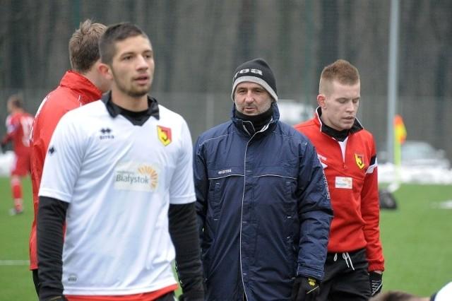 Trener Jagiellonii Michał Probierz (w środku) nie chce wystawia indywidualnych ocen za przegrany 0:1 sparing z Wigrami Suwałki