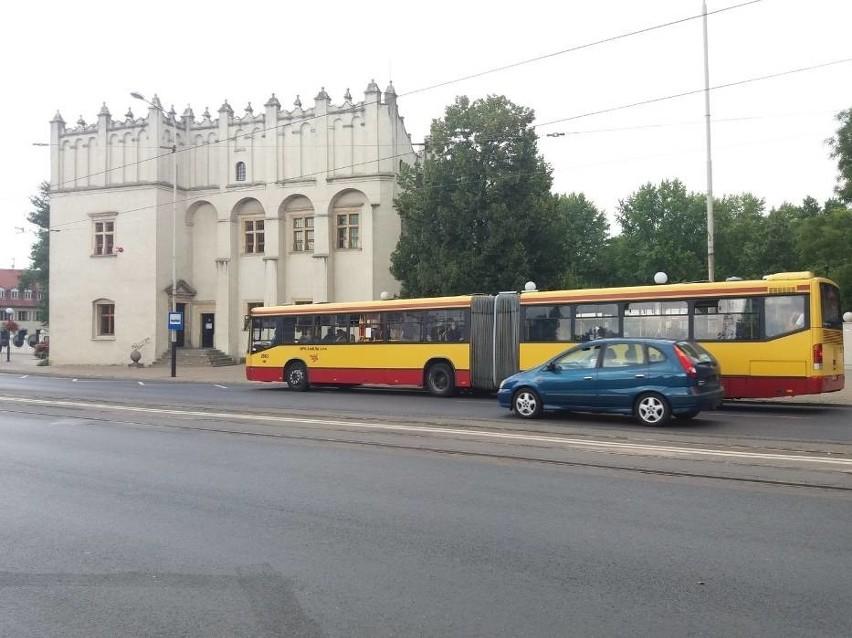 W autobusie  Z41 może przebywać maksymalnie 25 osób, a w...