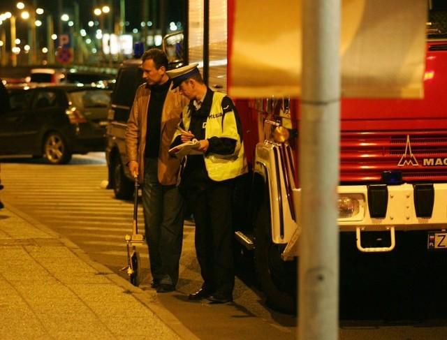 BMW w OdrzeW nocy BMW wjechalo do Odry w okolicach Dworca Glównego.