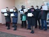 """Protest przed Sądem Okręgowym w Ostrołęce. Ostrołęccy sędziowie w geście solidarności """"z represjonowanymi sędziami"""". 18.02.2021. Zdjęcia"""
