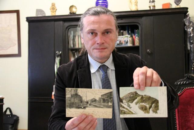 Arkadiusz Rybak prezentuje unikatowe pocztówki, które wkrótce będzie można zobaczyć na muzealnej wystawie