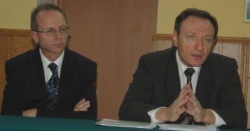 Burmistrz Sylwester Lewicki (z prawej) i przewodniczący rady miejskiej Piotr Antkowiak w czasie spotkania z mieszkańcami