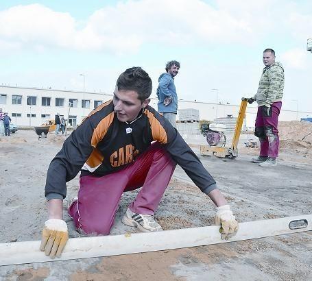 Jakub Sokółka pracuje przy budowie hali dla firmy NWM z Luksemburga. Dzieje się to na terenach strefy w Gubinie (fot. Wojciech Waloch)