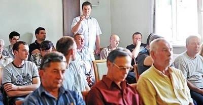 Zasiadający w ławach dla publiczności były piłkarz ręczny Andrzej Wojs pytał natomiast o to, co zrobiono, by po wycofaniu z rozgrywek pierwszoligowego zespołu szczypiornistów utworzyć i zgłosić bocheńską drużynę drugoligową. Fot. Przemysław Konieczny