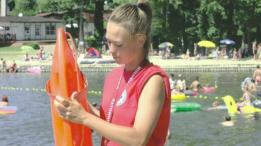 Ratownik WOPR Andżelika Poprawa przestrzega: - Do wody wchodzimy trzeźwi i powoli chłodzimy ciało.