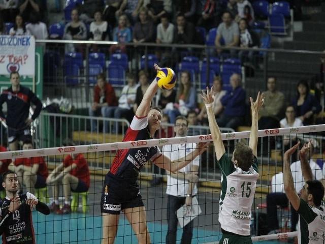 Atakuje Łukasz Wiśniewski (ZAKSA), a próbuje go zablokować Matti Oivanen (AZS).