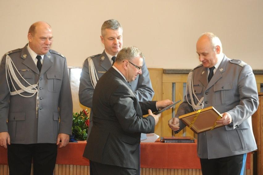 Nowy komendant opolskiej policji Leszek Marzec (z lewej), ustępujący Bogdan Klimek (z prawej) z komendantem głównym Markiem Działoszyńskim i marszałkiem Opolszczyzny Józefem Sebestą (w środku).