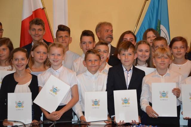 Stypendyści burmistrza Łowicza ze szkół podstawowych