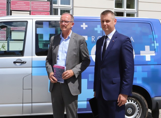Kierownik delegatury Mazowieckiego Urzędu Wojewódzkiego Krzysztof Murawski (z lewej) i wicewojewoda Artur Standowicz opowiedzieli o nowych zasadach programu 500 plus.
