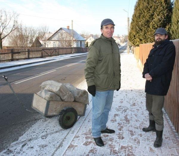 Za pół roku będzie wiadomo, co się zmieniło wraz z nadejściem miasta - mówią Edward Łukaszewicz (z lewej) i Mirosław Ścisłowski, mieszkańcy Krynek
