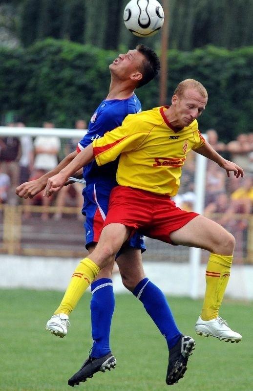 Piłkarze Czuwaju (żółte koszulki) nie sprostali liderowi czwartej ligi.