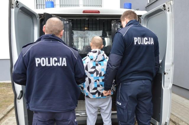 27-latek został już doprowadzony do Prokuratury Rejonowej w Tczewie, gdzie przedstawiono mu zarzut kradzieży rozbójniczej