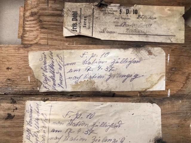 Pod klepkami, którymi była wyłożona podłoga, znaleziono kartki z 1937 r. z oznaczeniami producenta.
