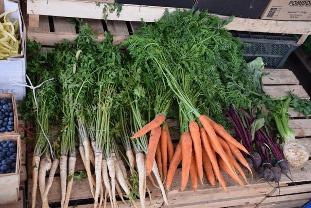 Odwiedziliśmy Podkarpackie Centrum Hurtowe AGROHURT S.A. w Rzeszowie. Podajemy ceny owoców i warzyw. W sobotę 25 lipca truskawki można było kupić 10 zł za koszyk.