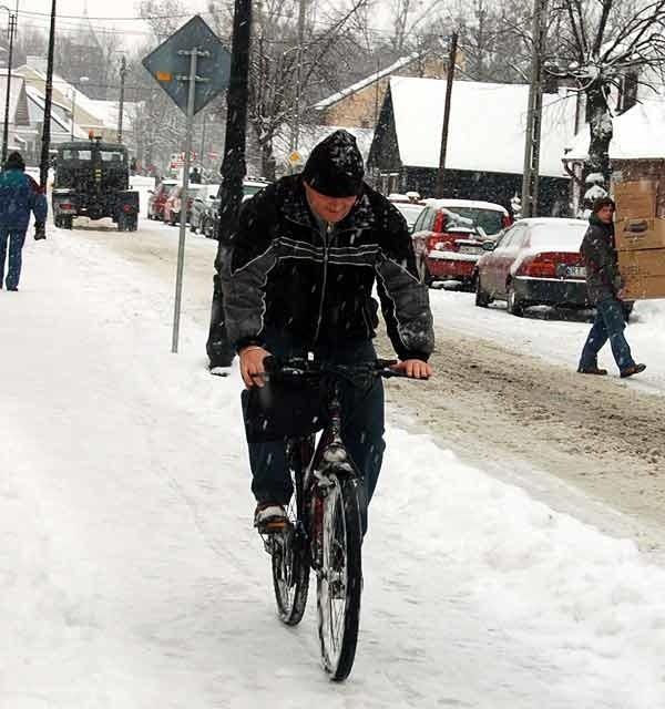Jazda na rowerze w zamiec, po śliskim to juz prawie kaskaderstwo.