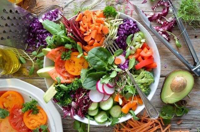 Dieta niskowęglowodanowa polega na ograniczeniu spożycia węglowodanów, co pomaga pozbyć się nadwagi w znacznie szybszym tempie niż np. na diecie niskotłuszczowej