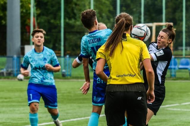 Bydgoszczanki pokonały u siebie AZS UJ Kraków 3:0 (0:0) w meczu 6. kolejki Ekstraligi kobiet. Bramki: Paulina Oleksiak (49), Aleksandra Stasiak (57), Aleksandra Witczak (67). To było trzecie z rzędu zwycięstwo naszych pań, które awansowały  w tabeli na 6. miejsce. ZOBACZ ZDJĘCIA >>>>>