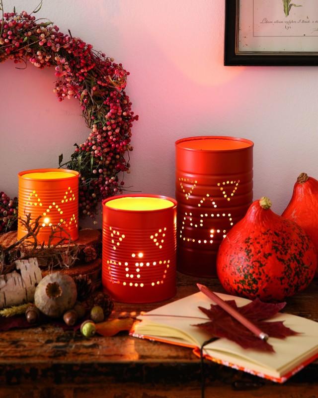 """Dekoracja halloweenowa""""Cukierek albo psikus!"""" – tradycja świętowania Halloween jest szczególnie popularna w Stanach Zjednoczonych, a wywodzi się z katolickiej Irlandii. Jak udekorować dom z tej okazji?  Możesz na przykład rozświetlić dom lampionami wykonanymi z puszek według swojego pomysłu."""