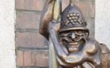 Zielona Góra. Strażacy mają swojego bachusika - Strażakusa. Ma wąsy, hełm i... zjeżdża na akcję z ześlizgu [ZDJĘCIA, WIDEO]