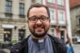 Ks. Radek Rakowski: Nie krytykuję osób LGBT, bo codziennie widzę ich twarze. To nie są obywatele drugiej kategorii