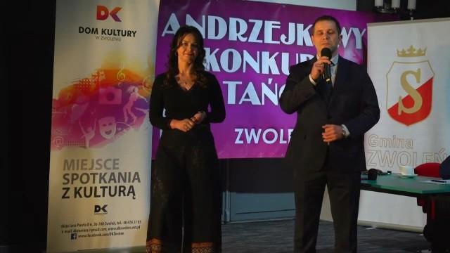 Wszystkich widzów podczas transmisji online przywitali Natalia Anna Wieczerzyńska - dyrektor Domu Kultury w Zwoleniu, a także Grzegorz Molendowski - wiceburmistrz Zwolenia.