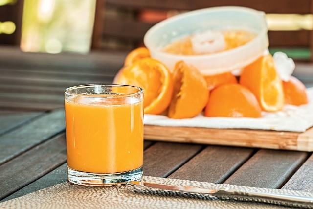 Wyciskanie sokuUrządzenia do przygotowywania świeżego soku przetwarzają zarówno owoce, jak i warzywa. Zabieganym, którzy chcą chcemy się cieszyć smakiem domowego soku, wybierzmy sokowirówkę. W krótkim czasie przetworzy ona dużo owoców i warzyw. Jeżeli chcemy wyciskać soki z warzyw liściastych oraz małych owoców, poszukajmy dobrej jakościowo wyciskarki, która poradzi sobie z nimi lepiej niż sokowirówka. Co więcej, upora się także z ziarnami kawy, orzechami, a nawet mięsem. Jeżeli natomiast uwielbiamy pomarańcze czy grejpfruty, to wystarczy nam prosta w obsłudze wyciskarka do cytrusów – radzi Michał Poroszewski z Neonet.