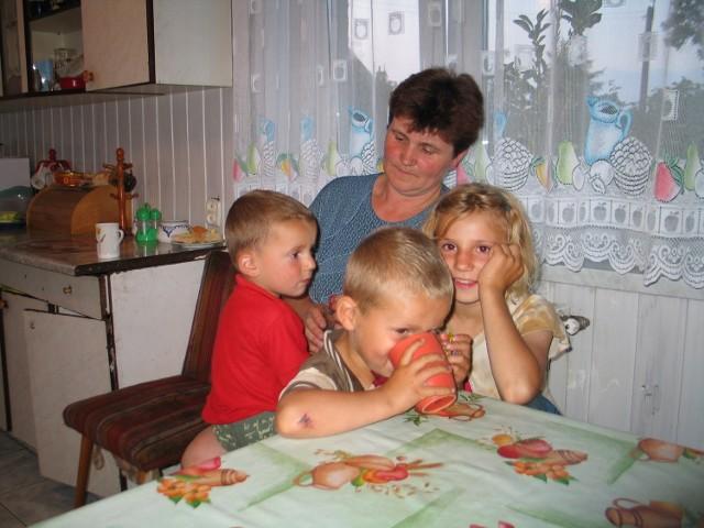 Jolanta Kolańska kilka razy dziennie jeździ do męża. Najmłodszymi dziećmi: Żanetą, Maciejem i Adrianem opiekuje się wtedy starsze rodzeństwo, które nigdy nie wyjeżdża na wakacje. Spędzają je na boisku, które zrobił im ojciec.